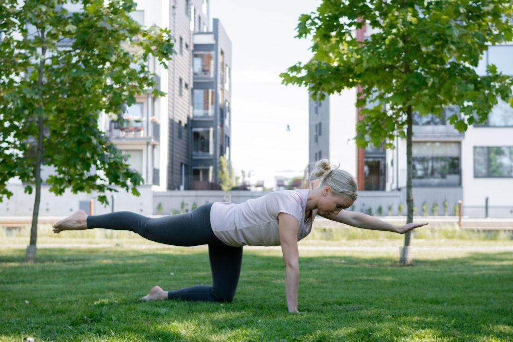 Fysioterapeutti tekemässä vatsalihasten erkaumaa kuntouttavaa harjoitusta