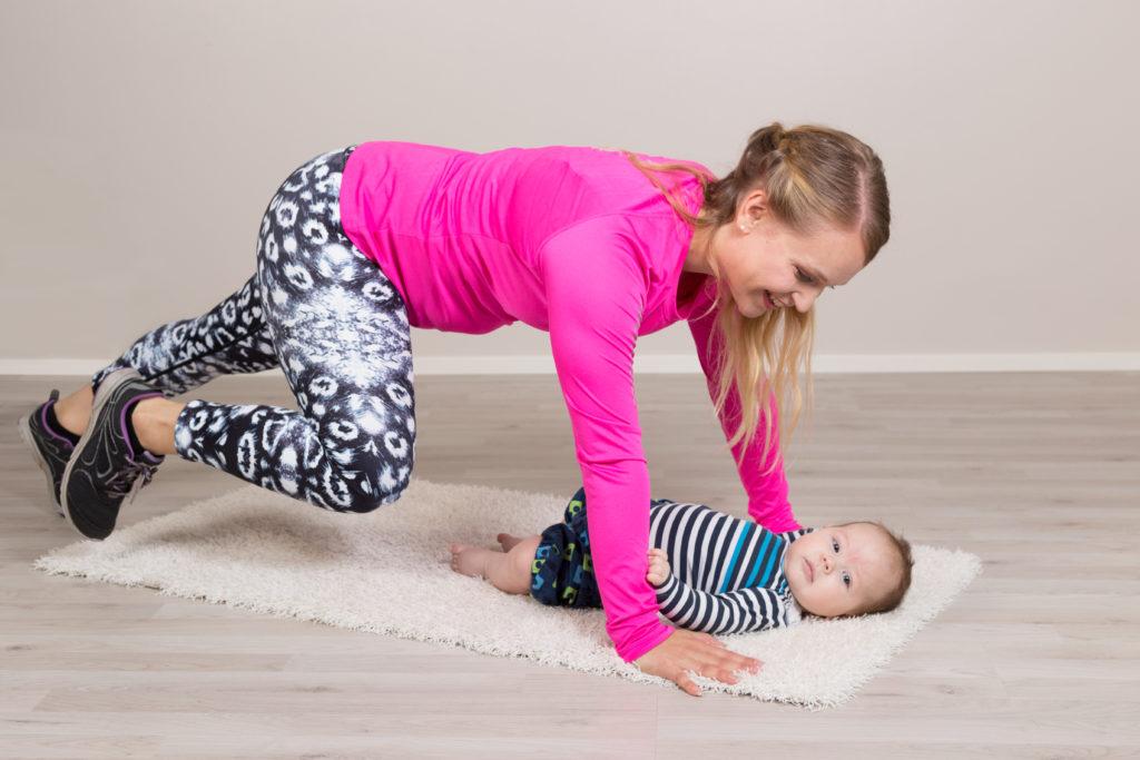 Äiti ja vauva jumppaamassa