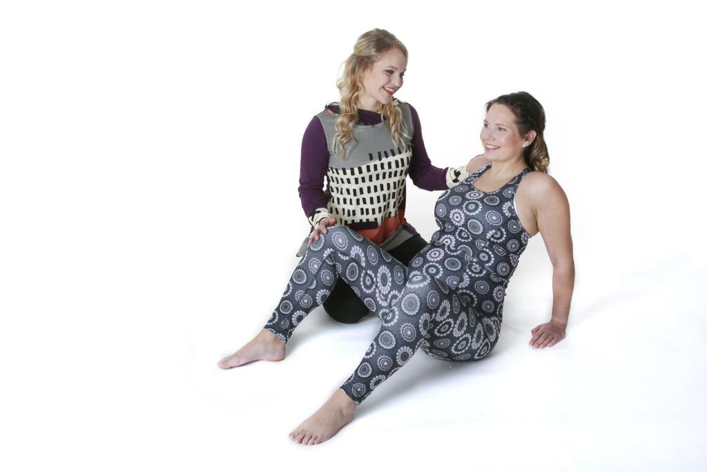 Fysioterapeutti opastamassa asiakasta äitiysfysioterapiassa