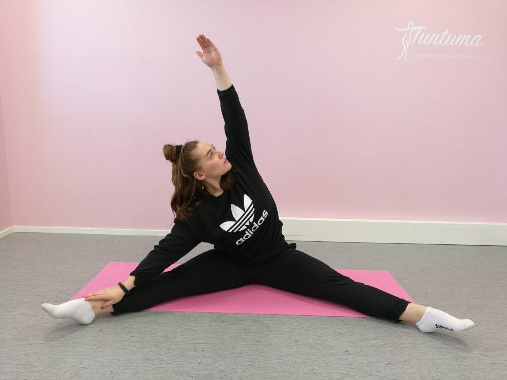 Nainen harjoittamassa kehonhuoltoa
